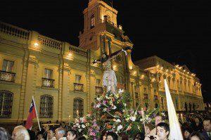 Procesión del Cristo de Mayo por el centro de Santiago