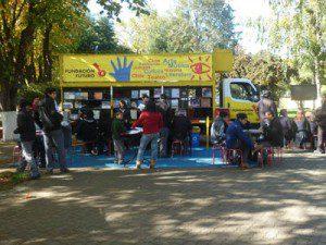 El camión del Centro Cultural Movil en la plaza de Lautaro