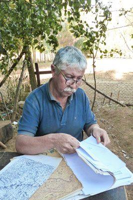 Andrés Tripaiñán revisando algunos documentos en su casa.