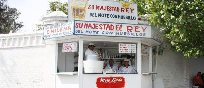 En Santiago, El Rey del Mote con Huesillos. Foto de www.harboeaccion.cl
