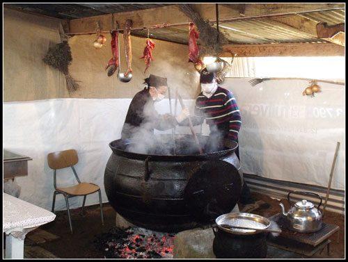 La gigantesca olleta de fierro fundido en que se cocina el tradicional estofado de san Juan en Rere, Foto de José González Spaudo/Flickr.