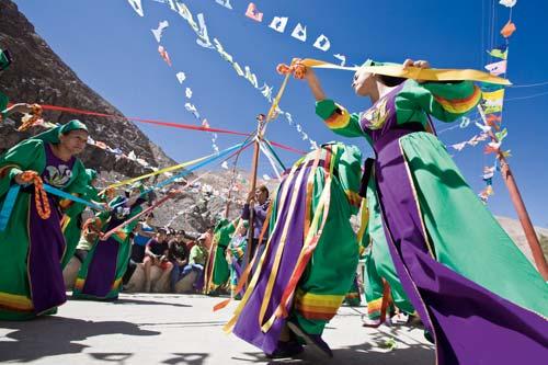 El baile de las Cuyacas me remiten, por el significado de sus símbolos, enraizada con la cosmovisión aymara, con ese pasado de tejedoras del Inca, además me he mantenido unida por afecto y recibiendo las enseñanzas de Rogelia Pérez, fundadora de un baile de cuyacas.