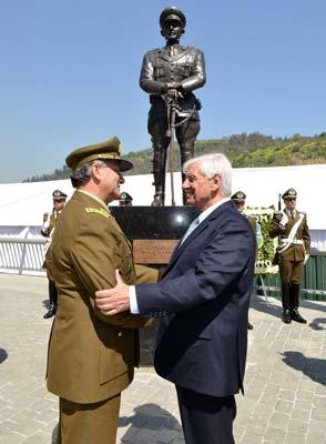 Estatua del Teniente Hernán Merino Correa en el Parque Bicentenario