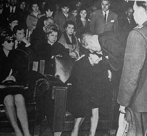 El presidente Eduardo Frei Montalva da el pésame a la madre del teniente Merino.