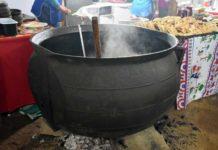 La gigantesca olleta de fierro fundido en que se cocina el tradicional estofado de san Juan en Rere,